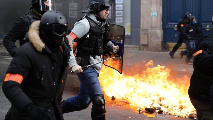 Yellow vests look to capitalize on protest momentum