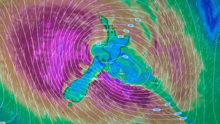 Ute caught out as Tropical Cyclone Oma whips up big swell