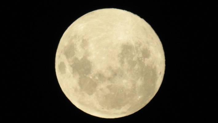 Super Snow Moon shines over Ireland tonight