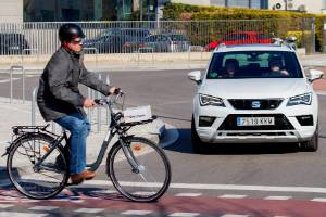 Cyclist crossing the road - but with 5G connectivity, car driver knew he was coming well beforehand.