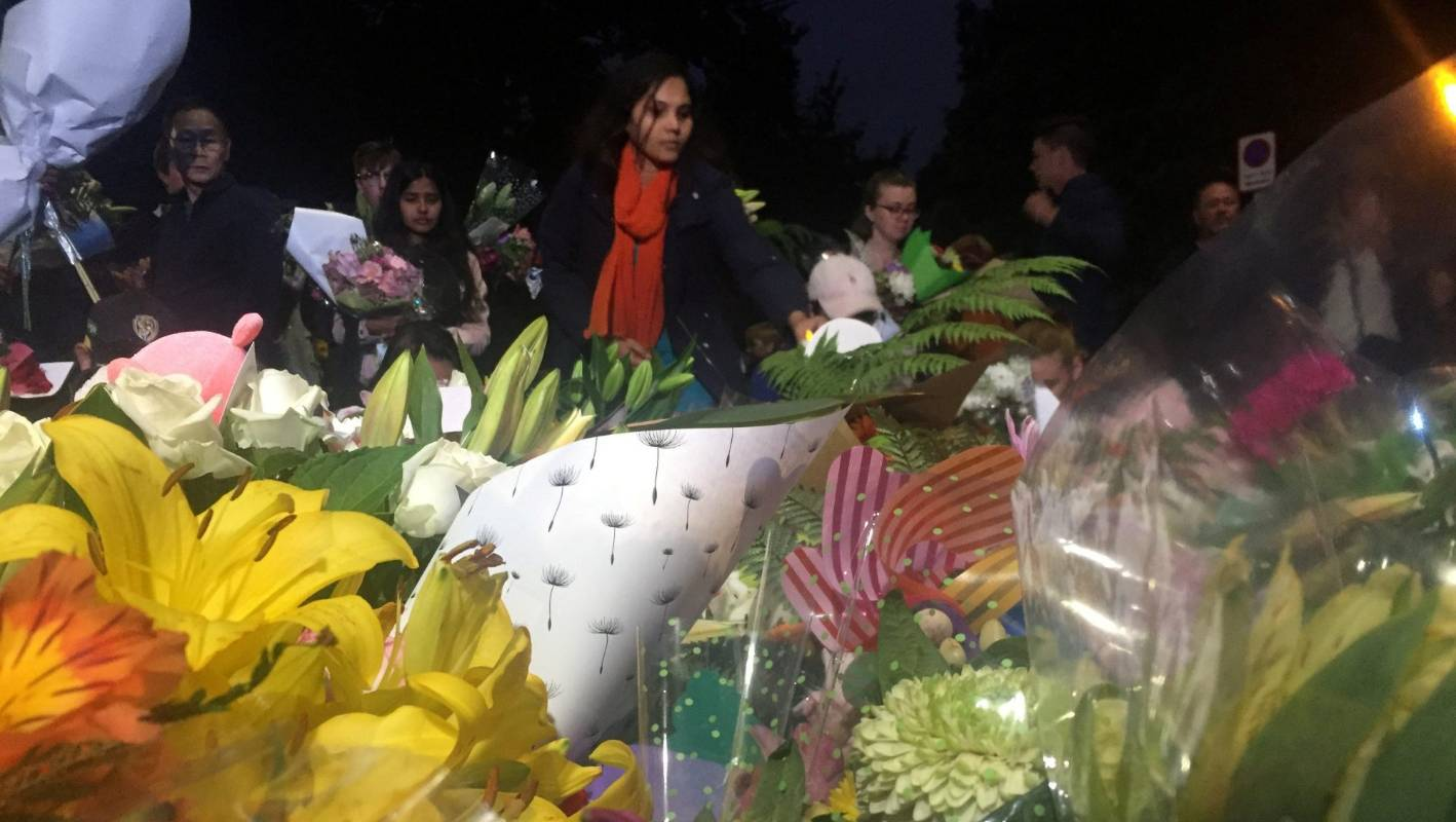 Masjid Christchurch Twitter: Hundreds Turn Out To Pay Silent Respect To Christchurch's