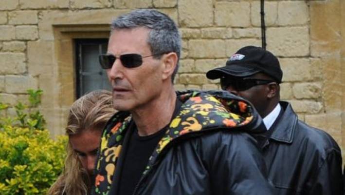 Uri Geller is convinced that he has the powers to help the continuing mental conflict of an English rugby team.