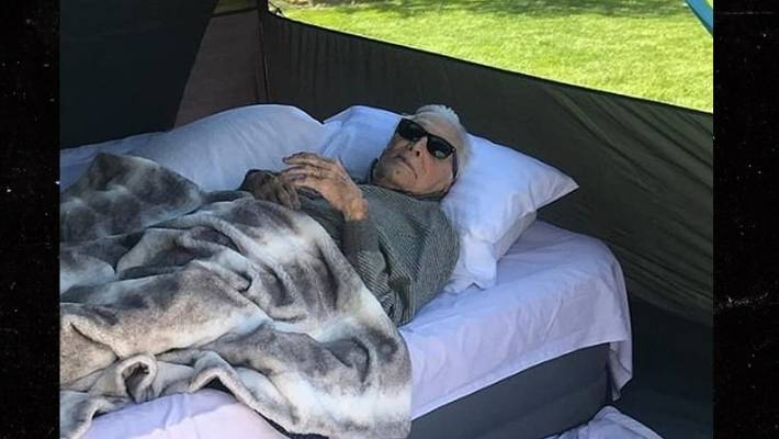 Kirk Douglas Camps Out In A Tent At 102 Stuff Co Nz