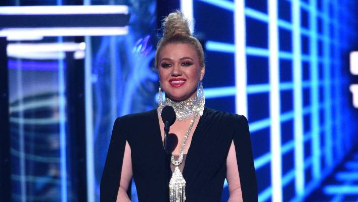 Kelly Clarkson might presumably perhaps have been all smiles web hosting the Billboard Music Awards, nevertheless inside of, she became struggling.