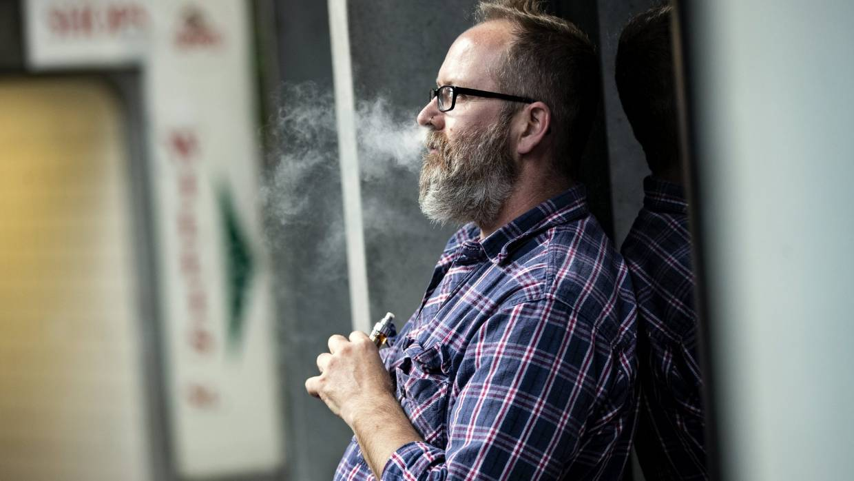 El gobierno recomienda a los fumadores dejar los cigarrillos y recoger el cigarrillo. 1557123327368