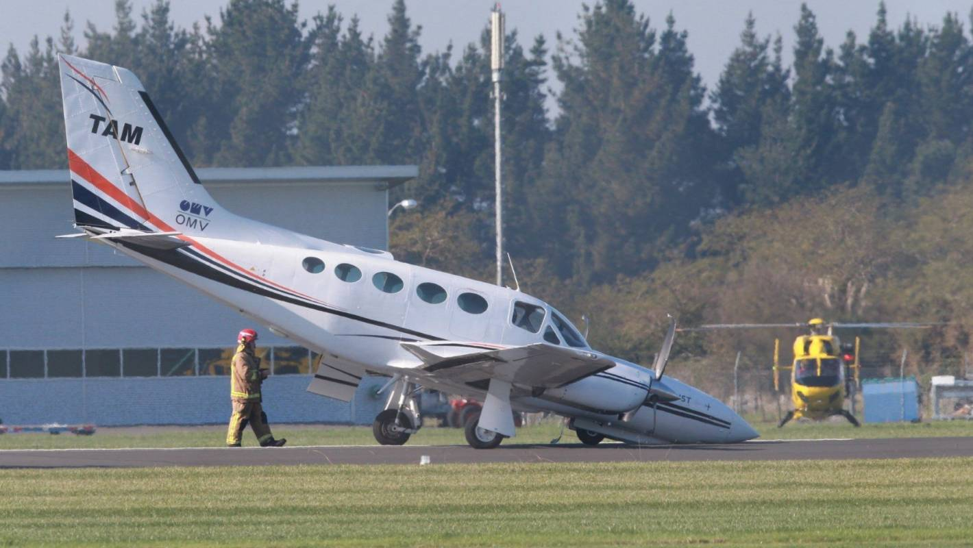 Stricken airplane crash lands at Hamilton Airport
