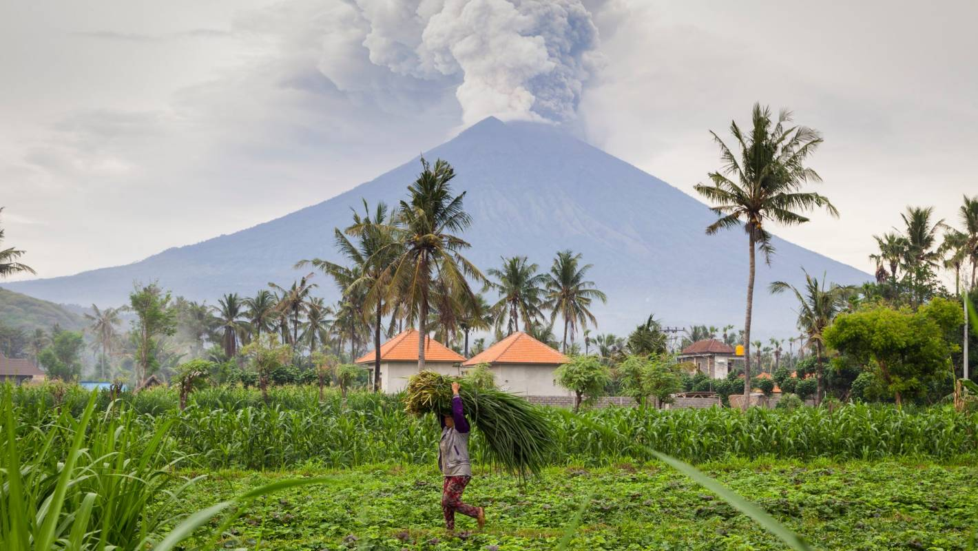 Some Bali flights cancelled as Mount Agung volcano erupts