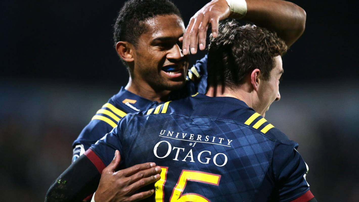 Super Rugby: Highlanders smash Waratahs to keep their finals hopes alive