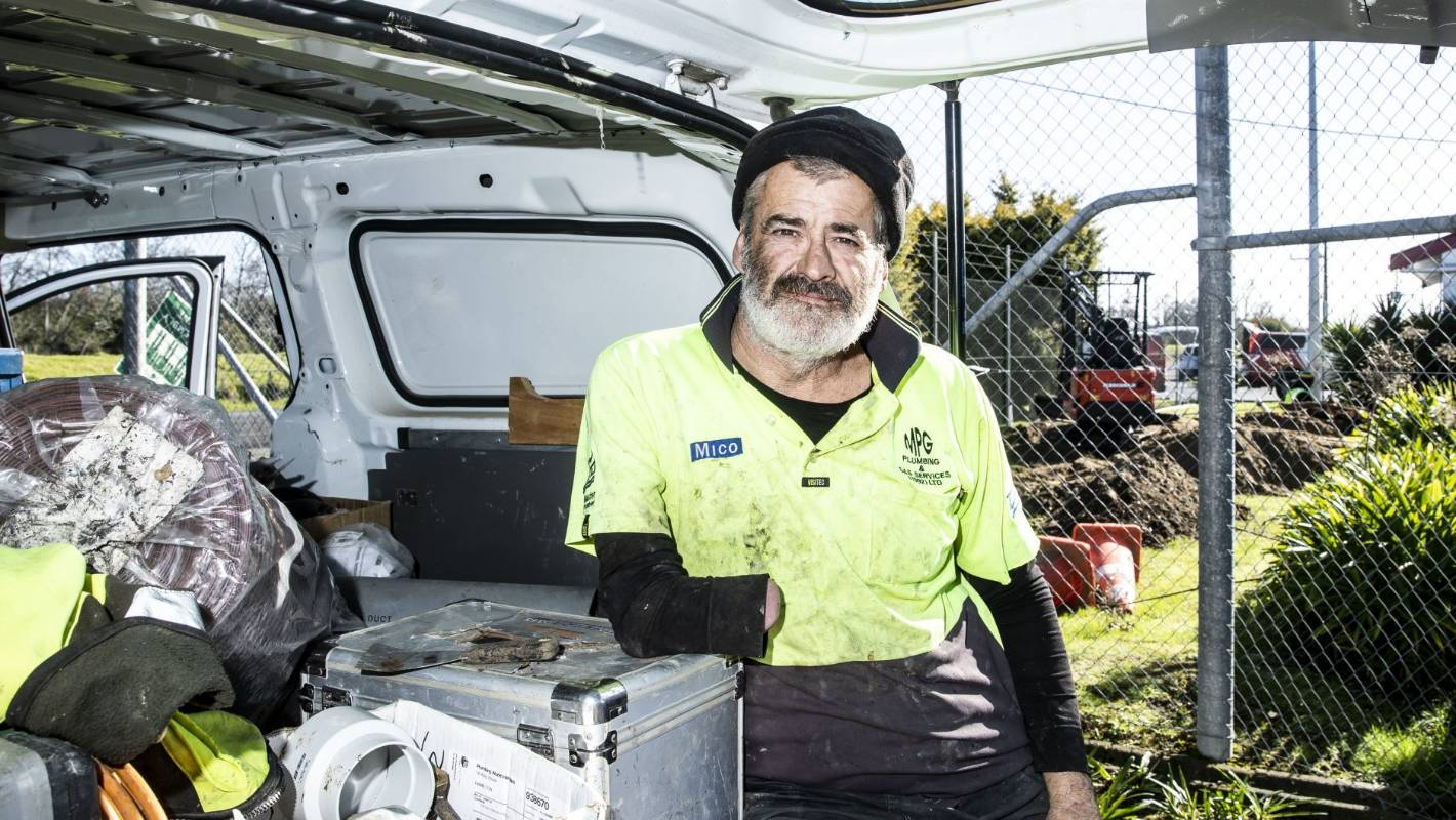 Waikato's one-armed plumber shows his tricks of the trade
