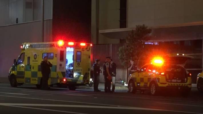 Serviços de emergência no local de um incidente de scooter Lime na Fanshawe St, perto do cruzamento com Bradnor Lane, em Auckland