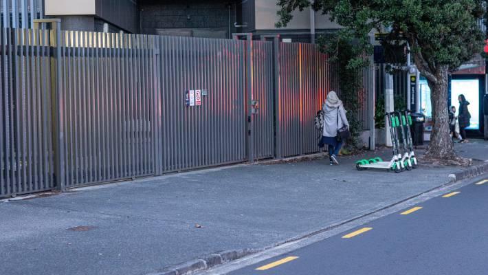 Scooters de cal estavam alinhados prontos para serem contratados na manhã de terça-feira a poucos metros de onde o homem morreu em Fanshawe St.