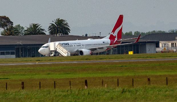 No clear answers about decision to leave Qantas passengers in a plane for hours