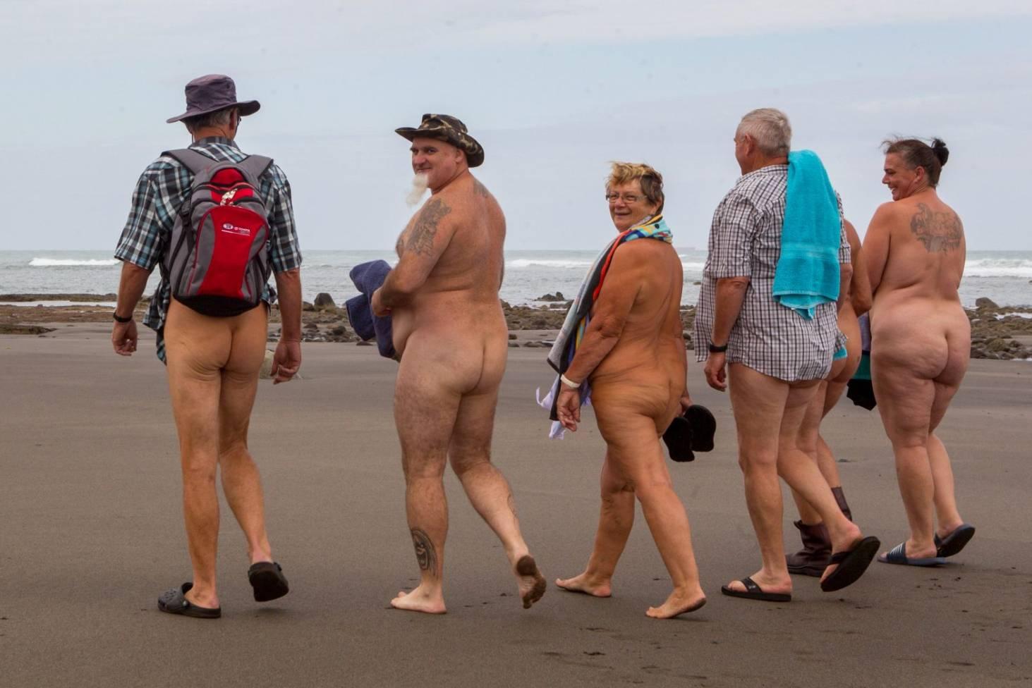 At beach nude Goldie Hawn,