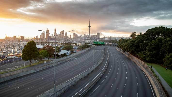 在新西兰冠状病毒封锁的第一天,空的奥克兰高速公路。
