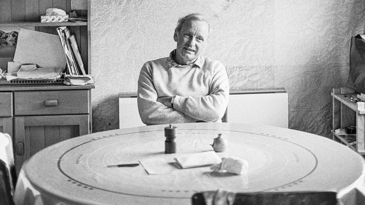 Maurice Gee at home in Nelson in 1987.