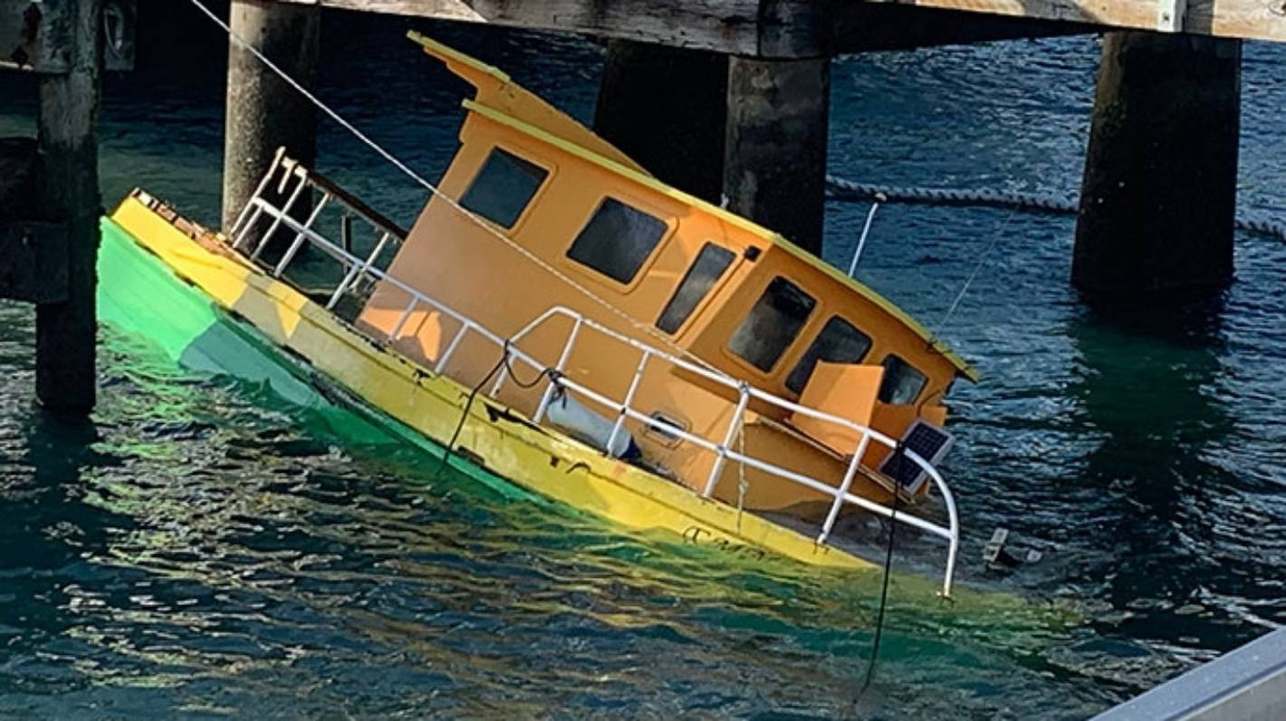 Boat sinking at wharf in Mount Maunganui
