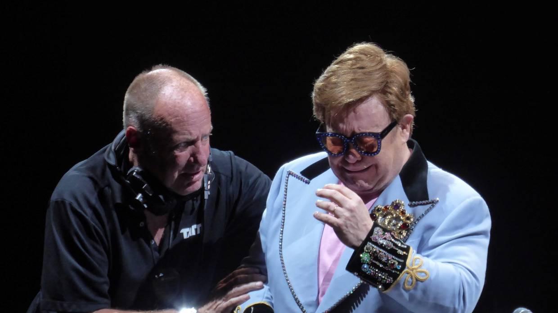 Elton John al dar por terminado su concierto en Auckland