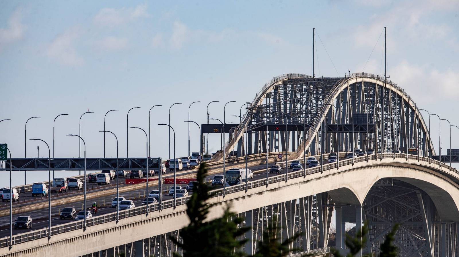 Why are harbour bridge lanes being closed in high winds?
