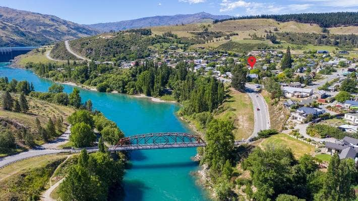 Positioned opposite the war memorial, the church is close to the Earnscleugh Bridge across the Clutha River.
