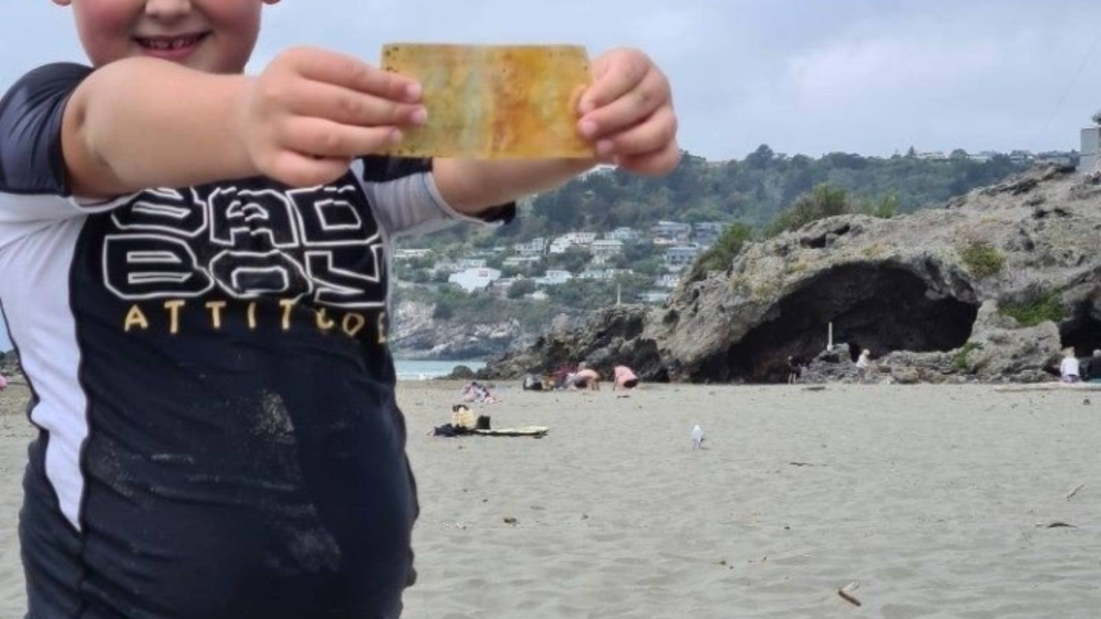 Bidder buys Christchurch boy's $5 note for $1000, in memory of his late wife
