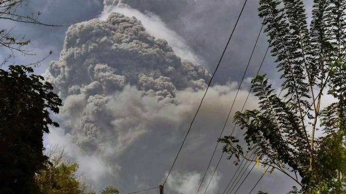 Columnas de ceniza se elevan desde el volcán La Soufriere cuando entra en erupción en la isla caribeña oriental de San Vicente, visto desde Chateaubelair, el 9 de abril de 2021.