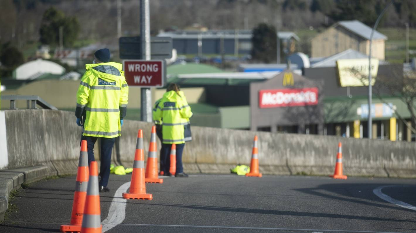 Covid-19: Police find woman hiding behind car as driver tries to flee Auckland