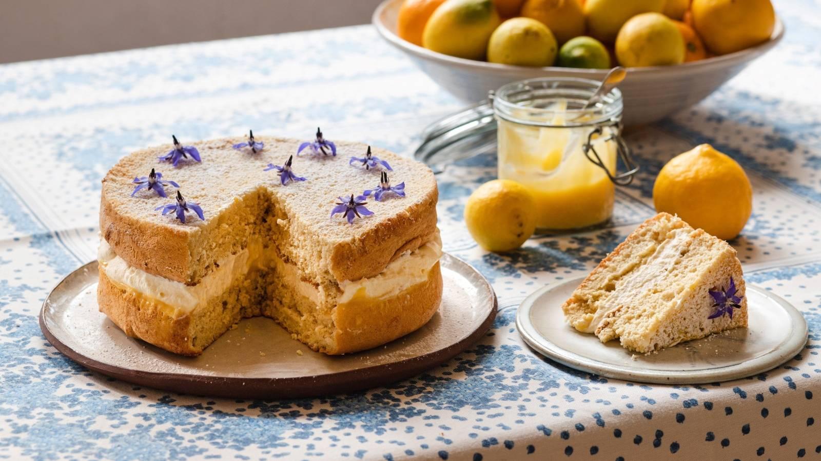 Sponge cake with citrus curd and cream