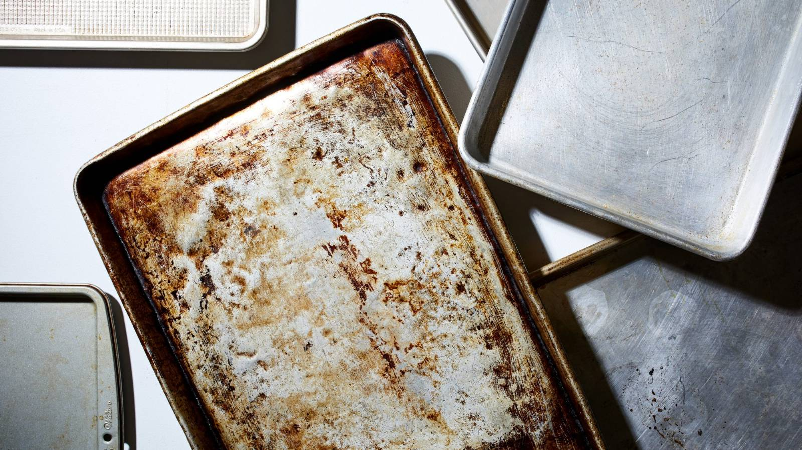 How to clean and care for your baking trays