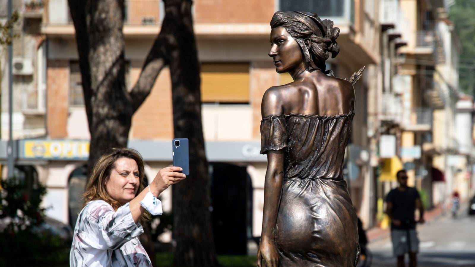 'Sexist' or 'impeccable'? Statue divides Italy